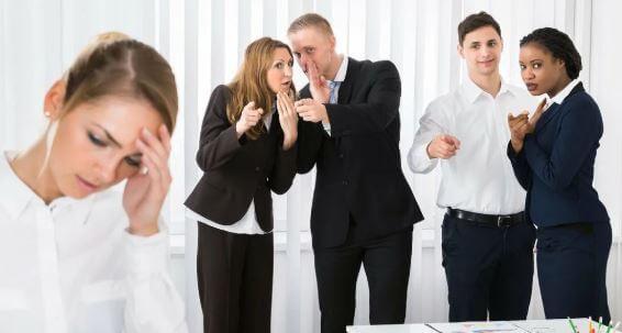 زملائي في العمل يكرهونني: 20 سببًا لأنك منبوذ من المكتب