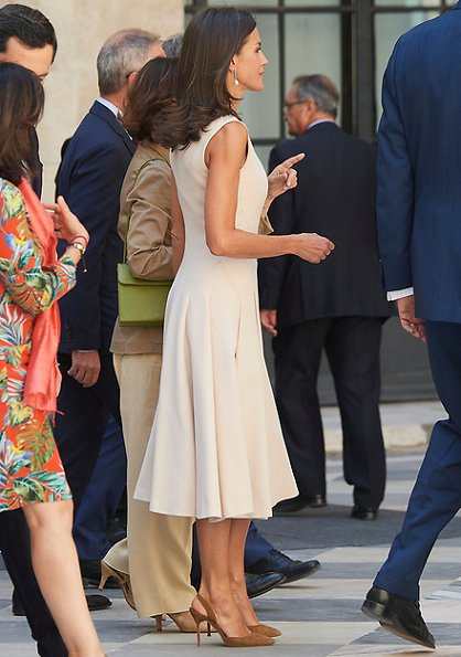 Queen Letizia wore a Pedro del Hierro dress which she had worn before. Her bag and pumps were by Caroline Herrera