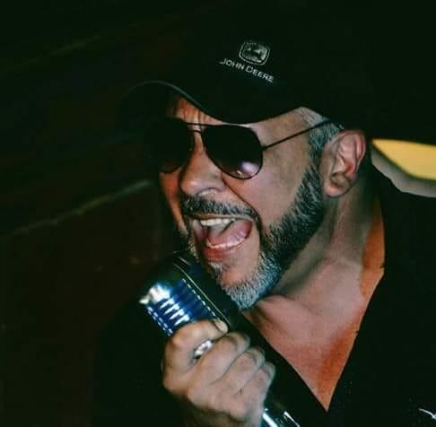 Nacho Cejas voz de El Saloon Radio.