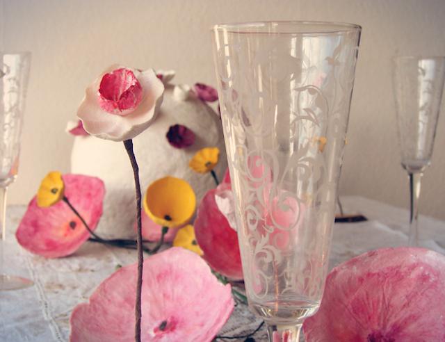 allestimenti matrimoni green, proposta tavolo con fiori di carta , segnaposto, centrotavola