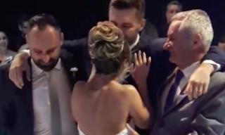 Σηκώθηκε από το καροτσάκι για να χορέψει με τη σύζυγό του στο γάμο τους