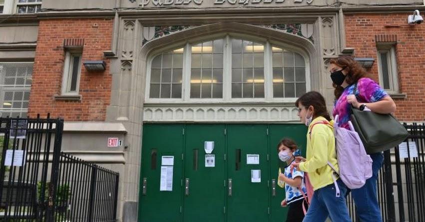 Cerrarán escuelas públicas por aumento de casos de covid-19 en Nueva York, Estados Unidos
