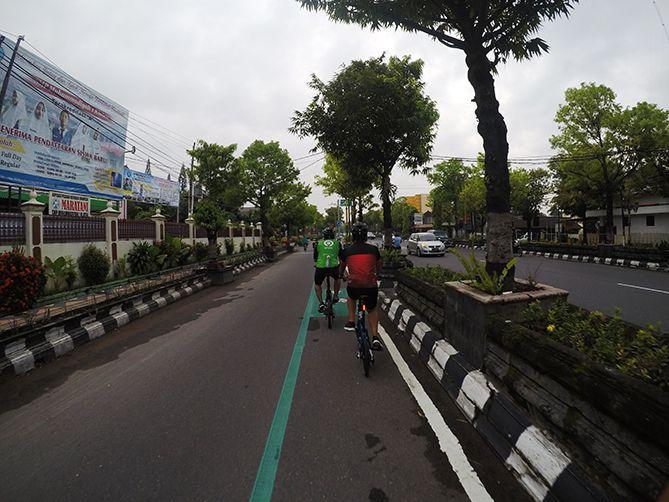 Melintasi jalur sepeda di Klaten