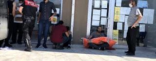 مشهد مؤثر.. أب سوري يجلس في الشارع محتضناً جثة طفله لساعات