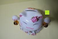 oben: Japanische Maneki Neko Glückskatze aus Porzellan (Klein, 12 cm)