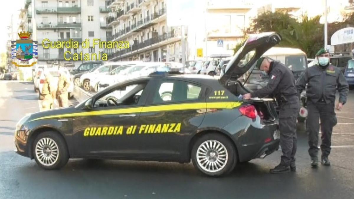 Guardia di Finanza durante controlli anti Covid
