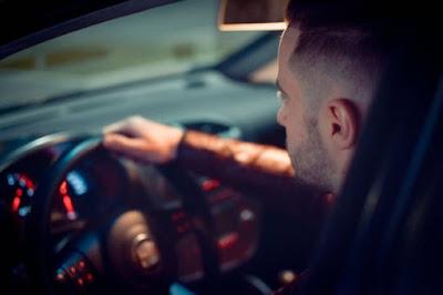 Homem concentrado dirigindo carro
