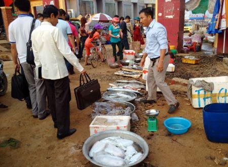 Lộc biển càng làm phong phú nguồn hải sản trên đất đảo Lý Sơn, ngoài sản vật cá biển, đại dương còn ban tặng các loại mực, tôm hùm,... được bày bán ở chợ và quán ăn.