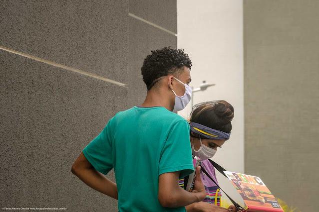Duas pessoas usando máscara de proteção contra o vírus da pandemia