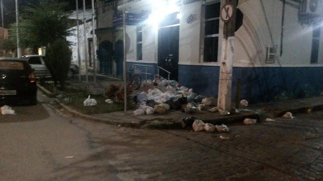 Revolta: População indignada despeja lixo na porta da Câmara