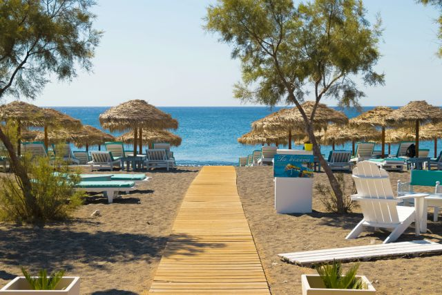 santorini-kamari-beach-poracci-in-viaggio