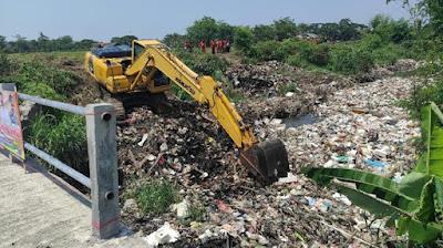 50 Ton Sampah Kali Busa Diangkut Tim Biawak Bekasi DLH Kab Bekasi