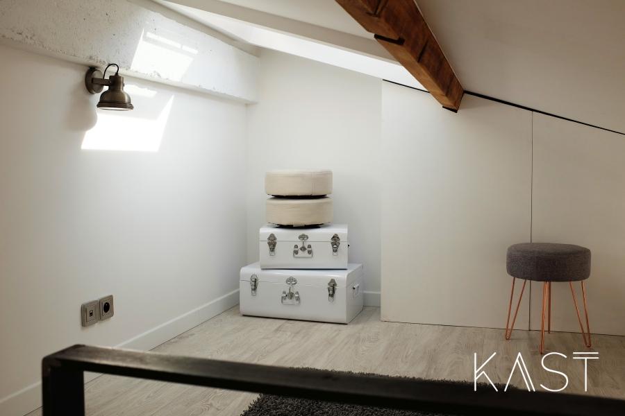 Mały apartament w stylu loftowym - wystrój wnętrz, wnętrza, urządzanie mieszkania, dom, home decor, dekoracje, aranżacje, styl loftowy, loft, styl industrialny, małe wnętrza, kawalerka, małe mieszkanie, otwarta przestrzeń, salon, living room, kuchnia, kitchen, antresola, garderoba, stare walizki