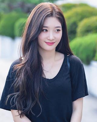 Bae Suzy  bibnir merah OOTD baju kaos manis