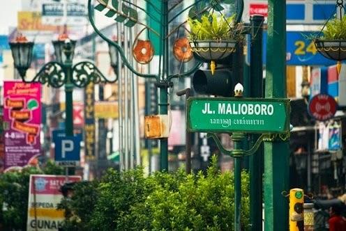 jalanan malioboro tempat wisata dan belanja oleh oleh khas jogja