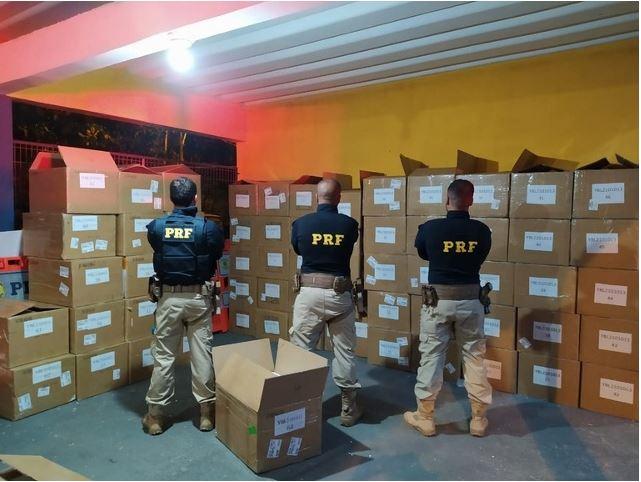 PRF apreende carga de celulares importados da China na BR-116 em Registro-SP