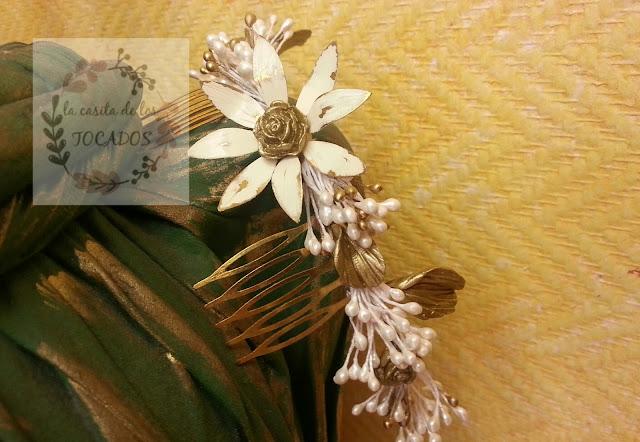 peineta o semicorona artesanal para novia con porcelana, pistilos y broche de flor vintage