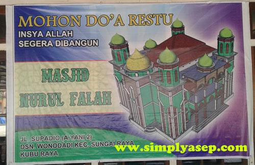 SPANDUK : Spanduk untuk menghimpun donasi Perluasan Masjid Nurul Falah Jl Supadio, Dusun Wonodadi. Kubu Raya. Kalimantan Barat. Foto Asep Haryono
