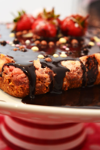 http://coisasecoisinhasdecomerechorarpormais.blogspot.co.uk/2015/02/cheesecake-de-morangos-e-chocolate.html