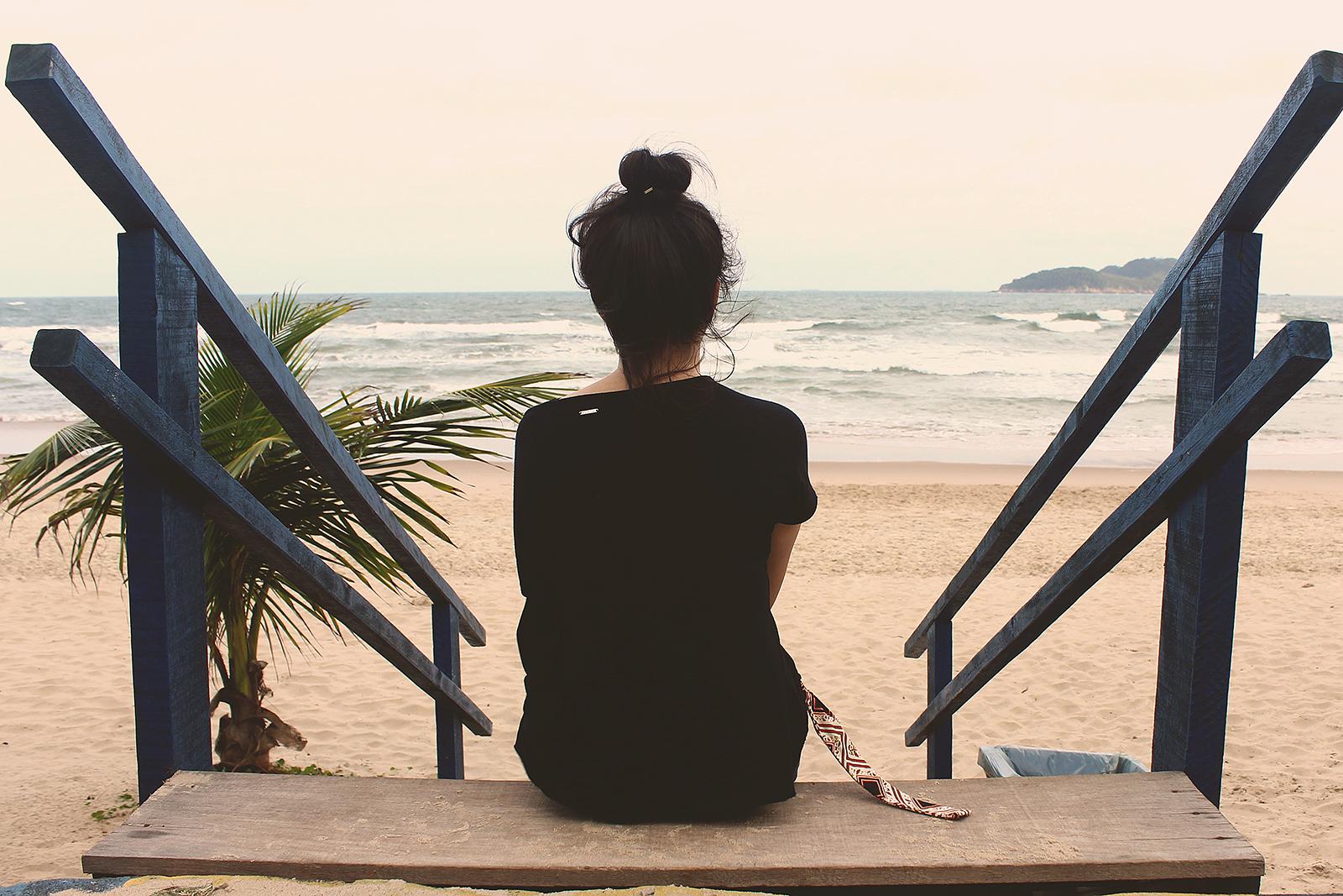 garota pensando na vida