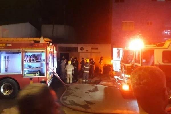 Homem é suspeito de trancar mulher e filhos em casa e incendiar imóvel