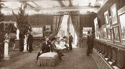 Exposición de pinturas en uno de los lujosos salones del Círculo Artístico