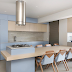 Cozinha azul e marrom integrada ao espaço gourmet!