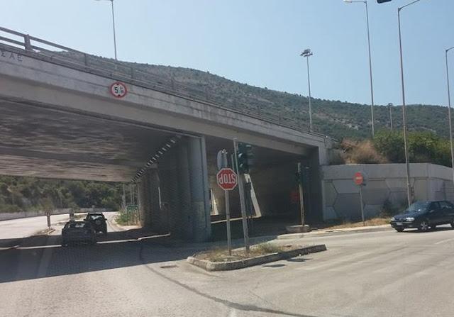 Ηγουμενίτσα: Πινακίδα σήμανσης κρέμεται ανάποδα εδώ και τρεις μήνες