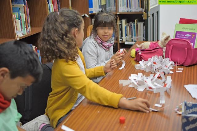 La Biblioteca de La Dehesa inaugura decoración navideña y un particular Belén
