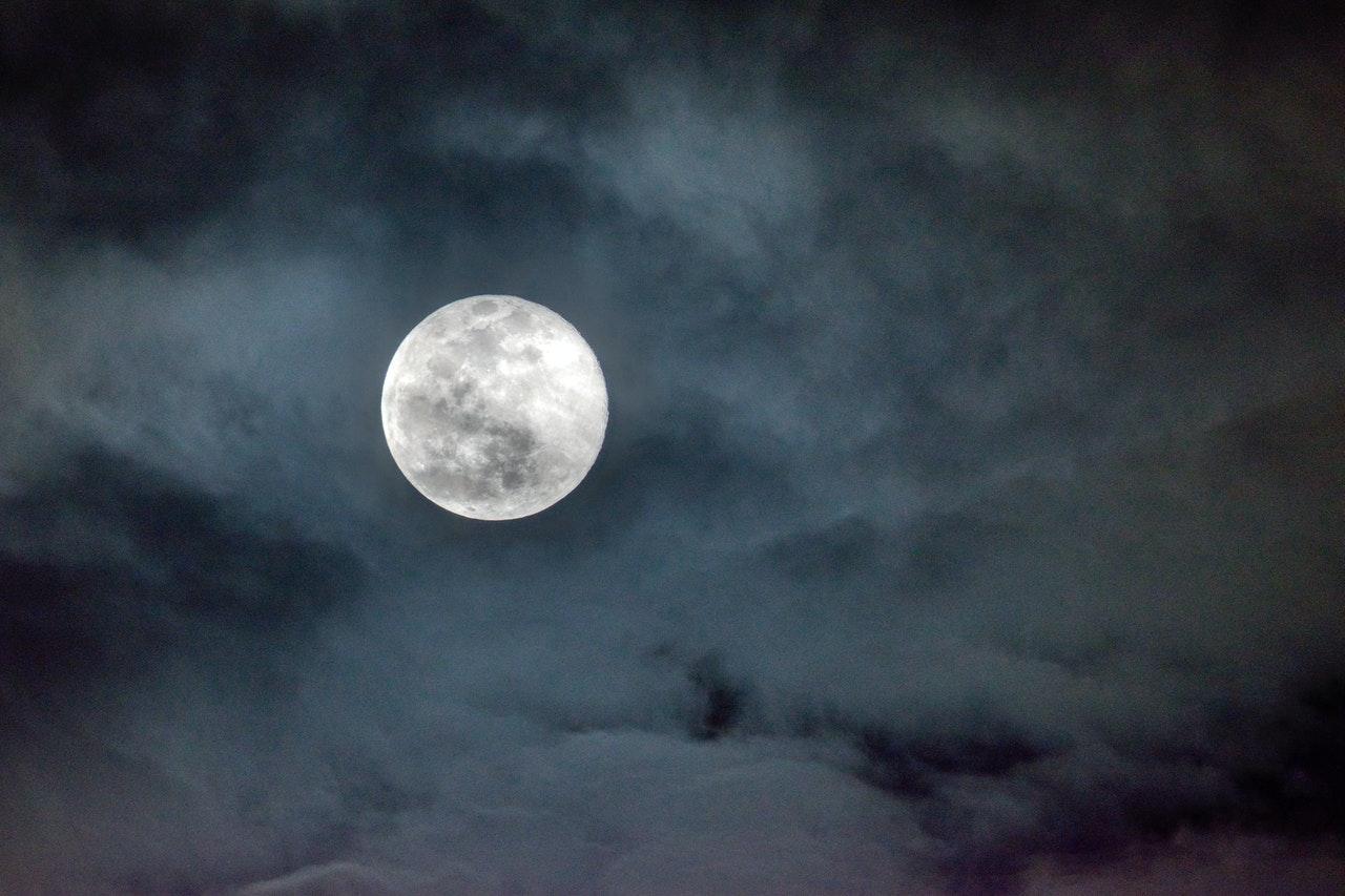 Hubungan Manusia dan Bulan