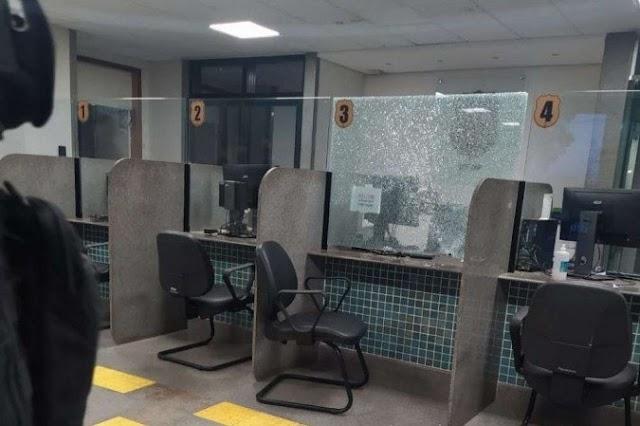Um Mulher toma arma de policial dentro de delegacia no Arapoangas e dá tiros para o alto, isso aconteceu no DF!