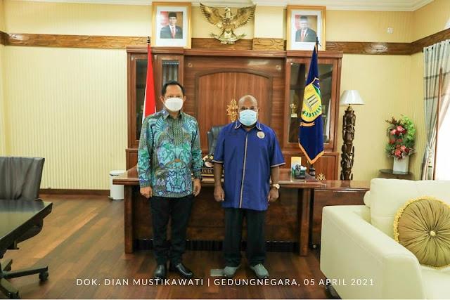 Lukas Enembe Minta Tito Karnavian Dukung dan Sukseskan PON XX 2021.lelemuku.com.jpg