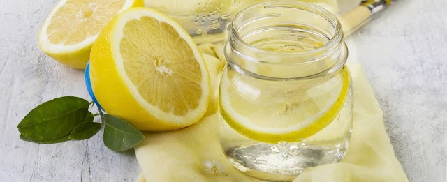 Beber agua con limón en ayunas a diario y sus beneficios