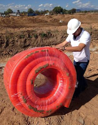 Instalaciones eléctricas residenciales - Manipulación de rollo de tubo PAD para sistemas de redes suberráneas