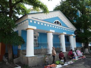 Изюм. Свято-Вознесенский кафедральный собор. Торговля у входа в храм