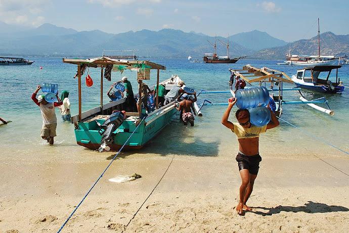 Hombres descargando una barca