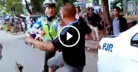 Video: Tak Terima Keluarganya Ditilang, Oknum TNI Ini Langsung Hajar Polisi Pakai Cara Militer