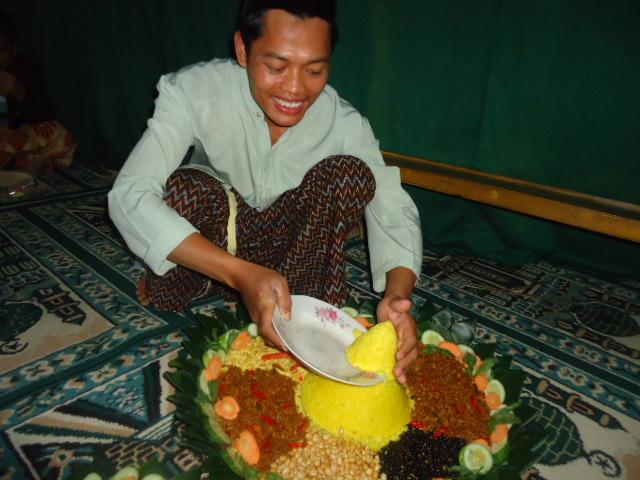 Kang Ismail potong tumpeng