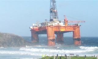 dàn khoan dầu 17.000 tấn bị sóng đánh dạt vào bờ
