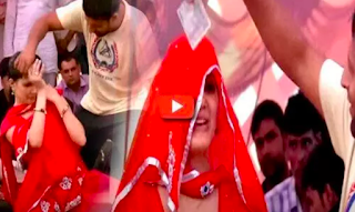 When drunken man started looting money on Sapna Chaudhary, Desi girl turned red with anger after seeing the action