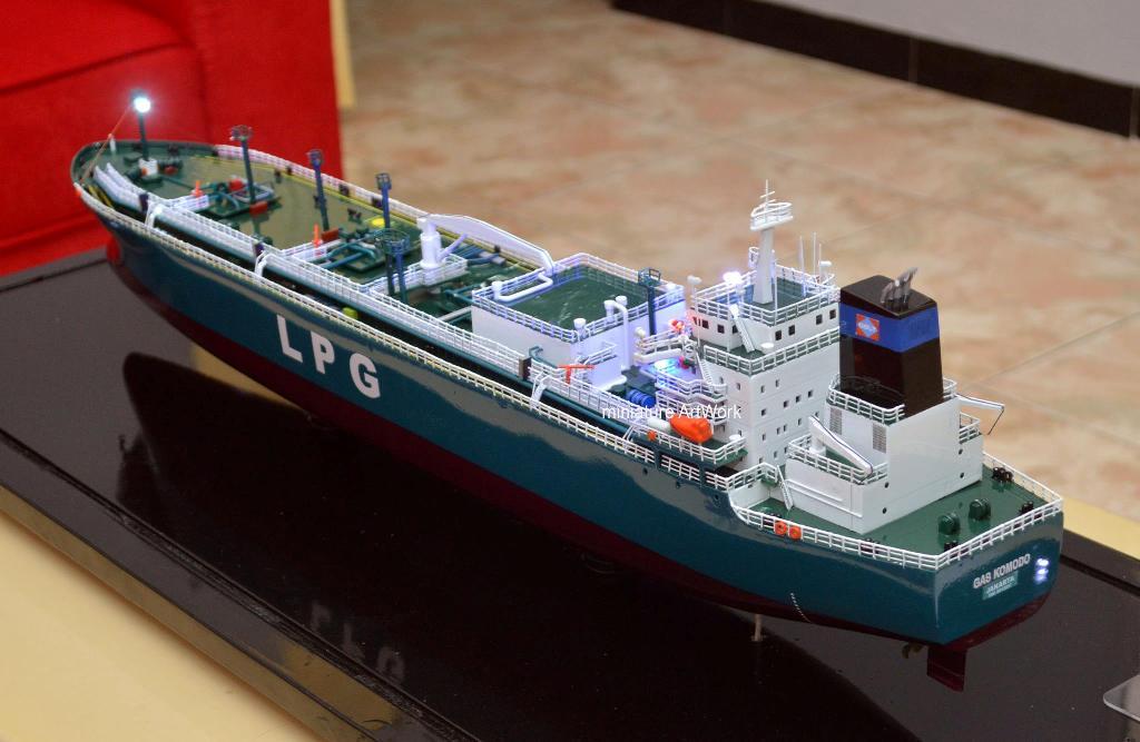 foto gambar maket miniatur kapal gas komodo terbaru pt buana lintas lautan pertamina