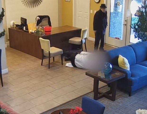 L'appartamento è stato allagato, il 93enne ha sparato all'amministratore del palazzo in Texas