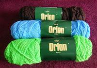 Çeşitli renklerde orlon iplik çileleri