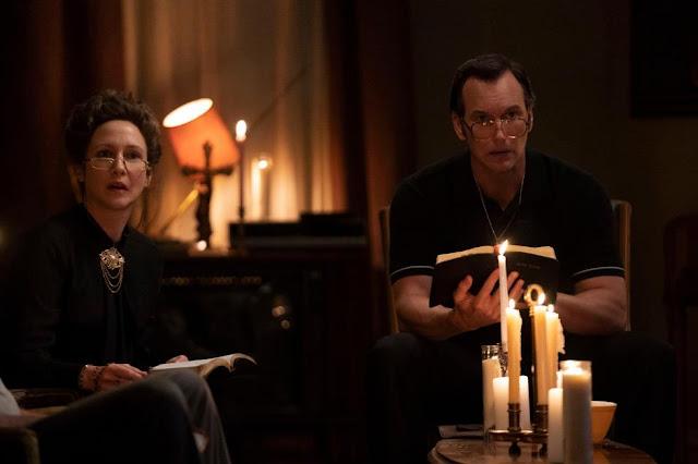 Vera Farmiga y Patrick Wilson. Fotograma de HBO Max.