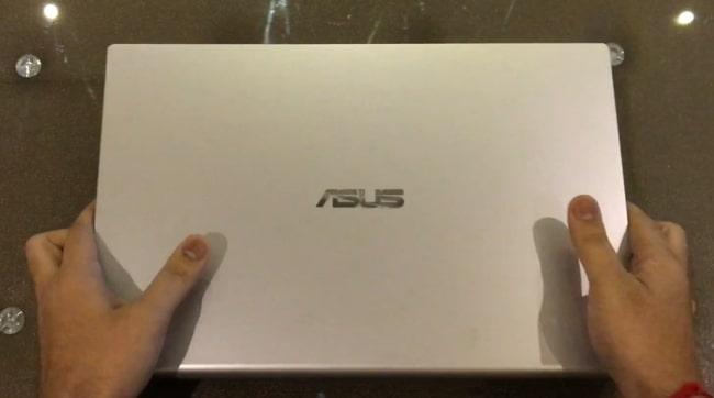 All plastic build of Asus VivoBook X509JA laptop.