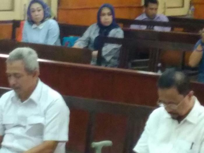 Bupati Batubara non aktif Ok Arya Zulkarnaen saat menjalani sidang.