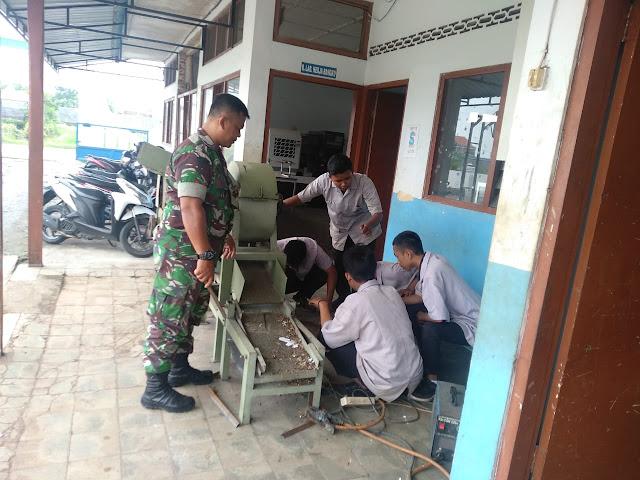 KodimKaranganyar - Babinsa Tohudan Tinjau Kesiapan Pembuatan Mesin Pengolahan Sampah SMK Karya Teknika