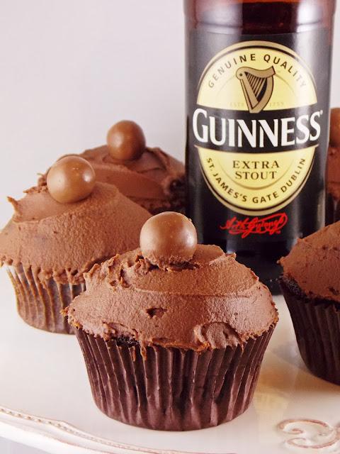 Guinness-Flasche und Schoko-Guinness-Cupcakes
