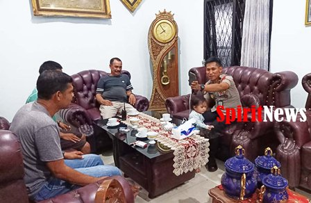Kapolsek Tinggimoncong, Silaturahmi Dan Melepas Kerinduannya Dengan Ayah Angkatnya