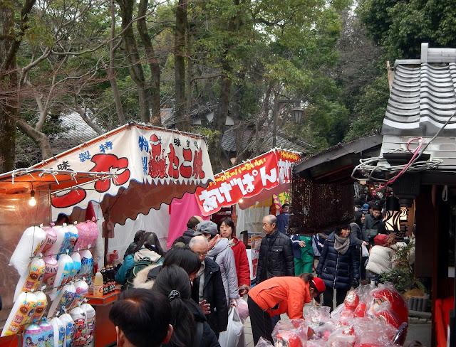 Puestecitos de comida y vendedores de darumas en el Jindai-ji
